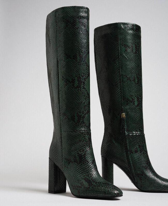 Hoher Stiefel aus Leder mit Animal-Dessin Pythonprint Pink Mousse Frau 192TCP108-01
