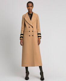 Langer, zweireihiger Mantel aus Tuch Kamel Frau 192TT2160-01