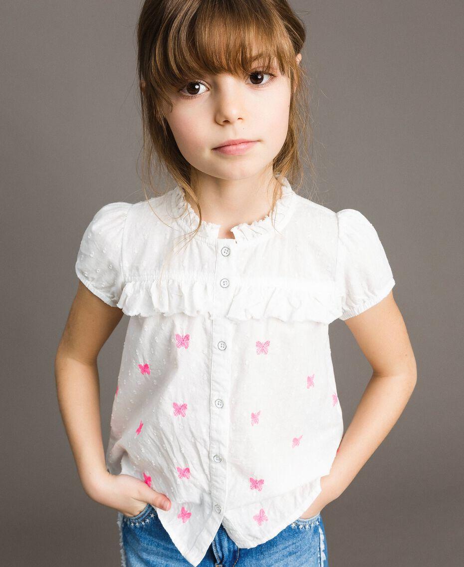 Рубашка из плюмети с бабочками Оптический Белый / Неоновая Фуксия, Вышивка Pебенок 191GJ2371-0S
