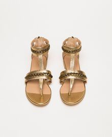 Flache Sandale aus Metallic-Leder mit Kettchen Goldfarbene Beschichtung Frau 201TCP122-04