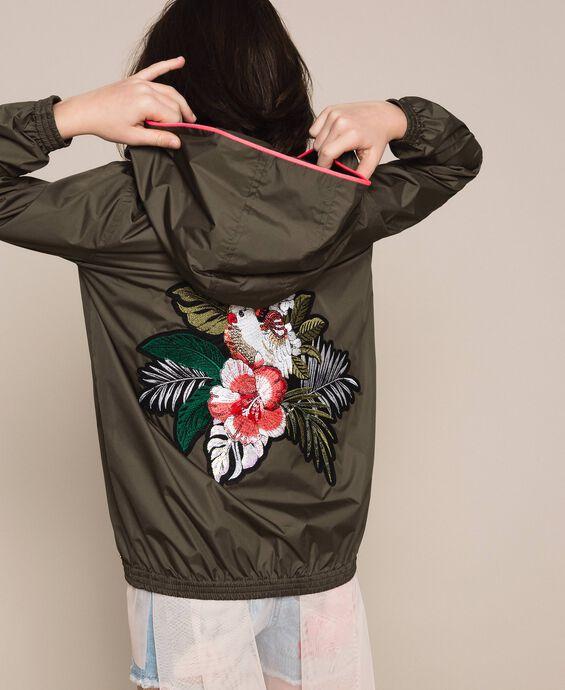 Непромокаемая куртка с вышивкой