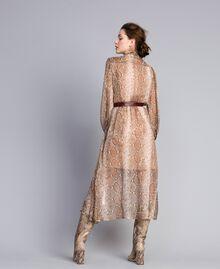 "Langes Kleid aus Seidenchiffon mit Animalierdessin Print ""Snake"" Kamelbraun Frau PA827B-03"