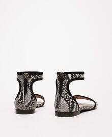 Flache Sandale aus Leder mit Pythonprägung Zweifarbig Print Python Helles Felsengrau / Schwarz Frau 201TCP020-04