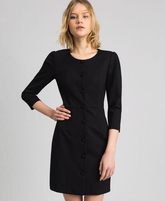Платье-футляр с обтяжными пуговицами