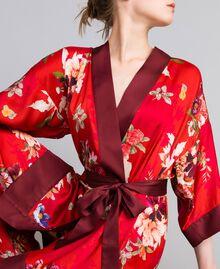 """Langer Kimono aus geblümtem Satin Print """"Red Garden"""" Frau PA829N-04"""