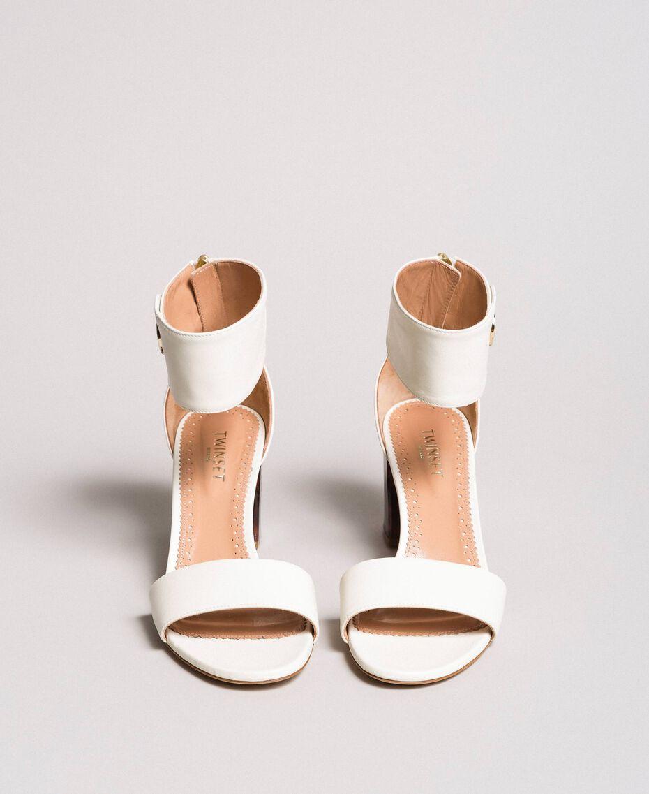 Sandalette aus Leder mit Knopf Weiß Schnee Frau 191TCP096-03