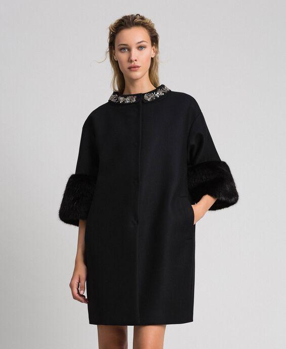Manteau brodé avec détails en fausse fourrure