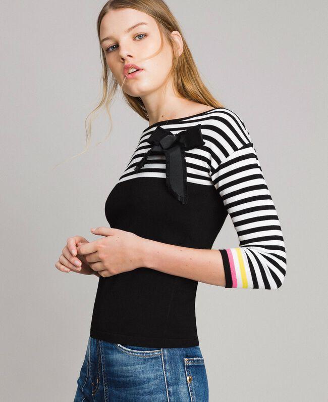 Gestreifter Pullover mit Schleifenbrosche Zweifarbig Schwarz / Weiß Frau 191MP3055-01