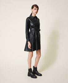 Kleid aus Lederimitat mit Gürtel und Volant Schwarz Frau 202ST2015-03