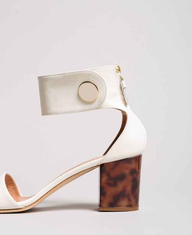 Sandalette aus Leder mit Knopf Weiß Schnee Frau 191TCP096-05