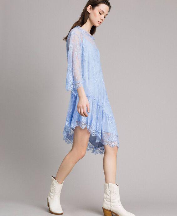Robe asymétrique en dentelle de Chantilly