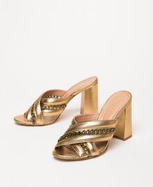 Mules aus Metallic-Leder mit Kettchen Goldfarbene Beschichtung Frau 201TCP126-03
