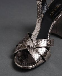 T-Bar-Sandalette aus Metallic-Leder Pythonprint Silber-Metallic Frau 192TCP12J-06