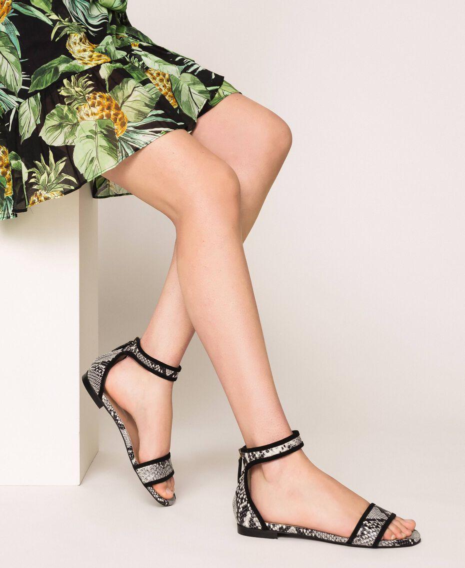 Flache Sandale aus Leder mit Pythonprägung Zweifarbig Print Python Helles Felsengrau / Schwarz Frau 201TCP020-0S