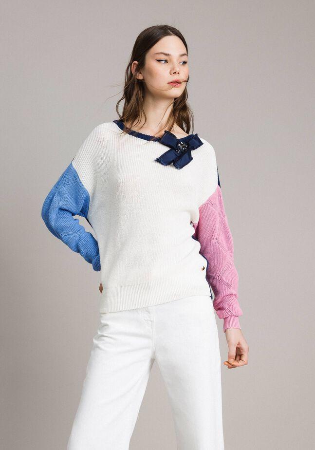 Pullover im Color-Block-Look mit Schleifenbrosche