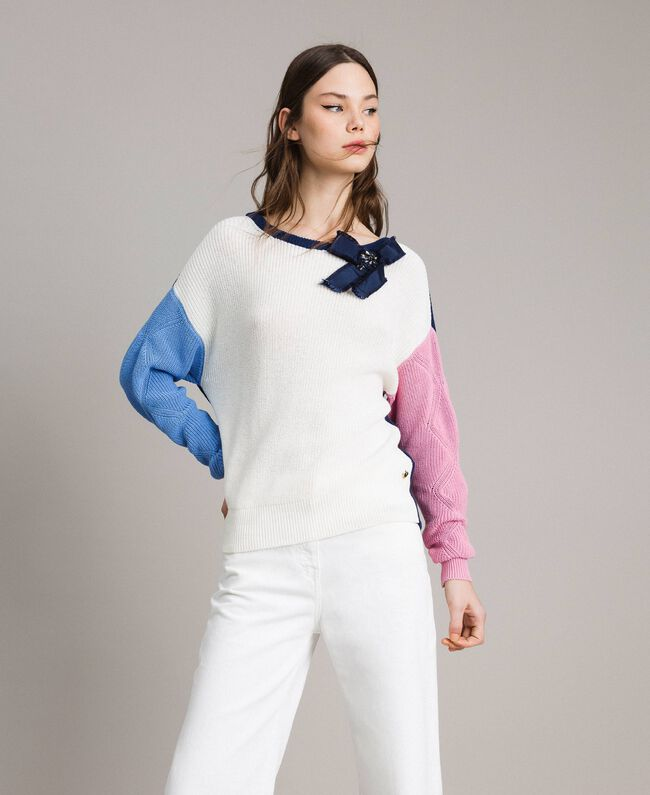 Pullover im Color-Block-Look mit Schleifenbrosche Multicolour Indigo / Weiß / Hortensienpink Frau 191MP3091-01