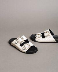 Leder-Sandalen mit Schnallen und Perlen
