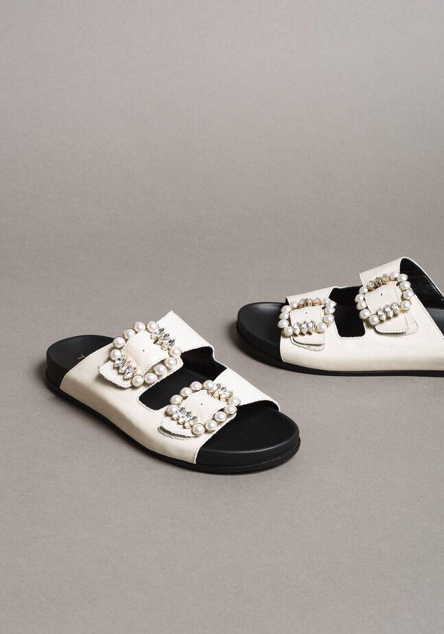 Sandales en cuir avec boucles et perles