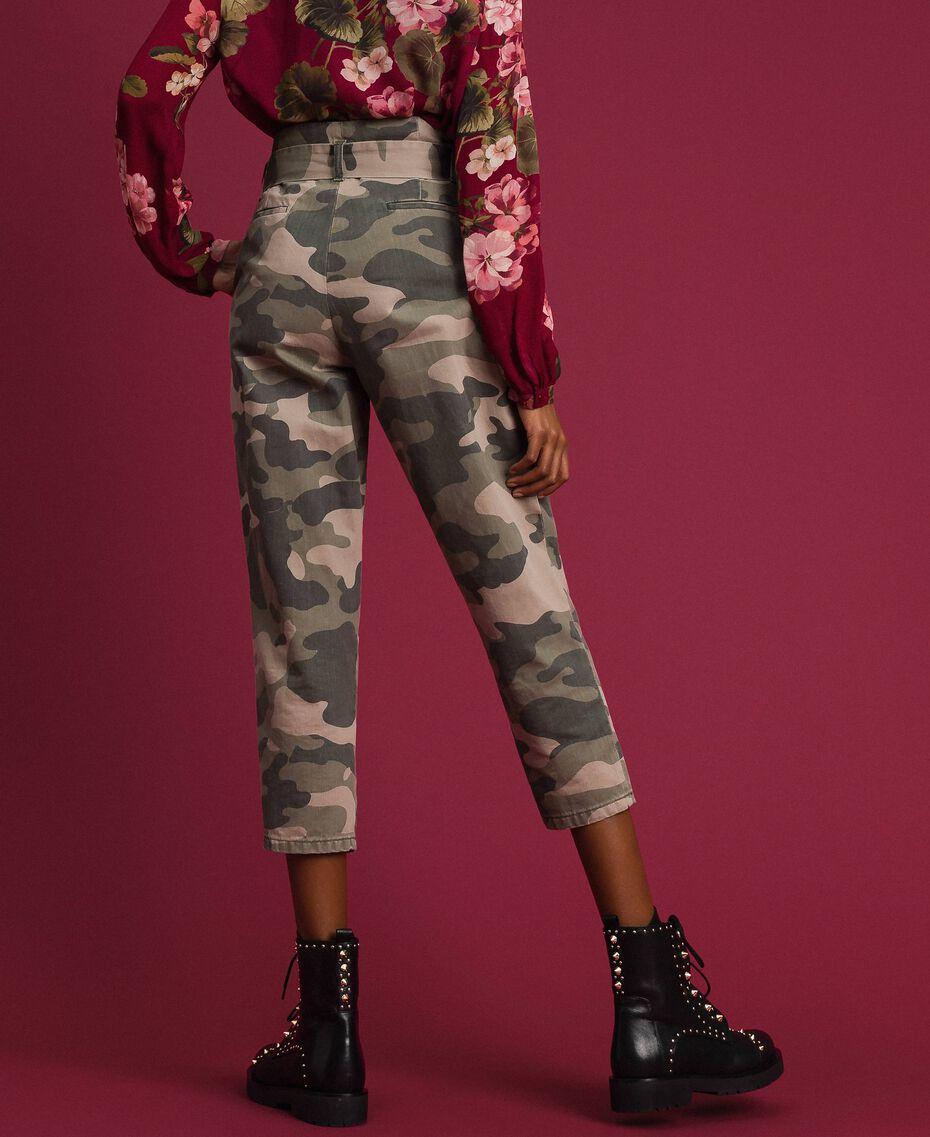 Укороченные камуфляжные брюки Набивной Камуфляж женщина 192TP2050-03