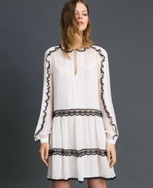 Kleid aus Georgette mit Mikrorüschen und Spitze Zweifarbig Schneeweiß / Schwarz Frau 192TP2573-02