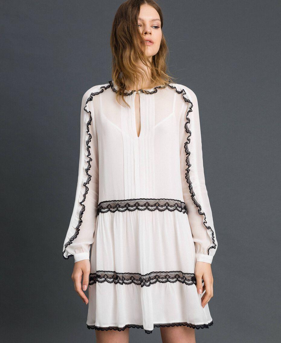 Robe en crêpe georgette avec petits volants et dentelle Bicolore Blanc Neige/ Noir Femme 192TP2573-02