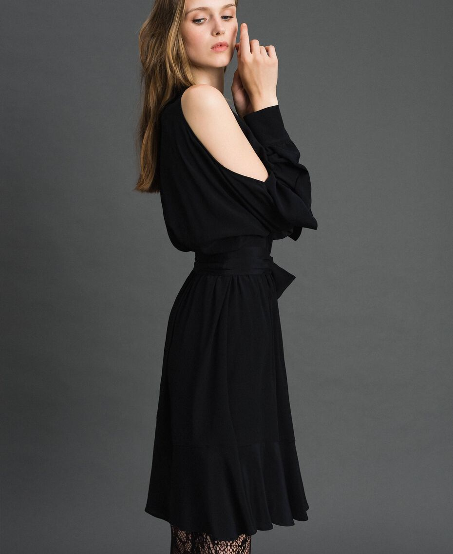 Kleid aus Crêpe de Chine mit Rüschen Schwarz Frau 192TT2436-02