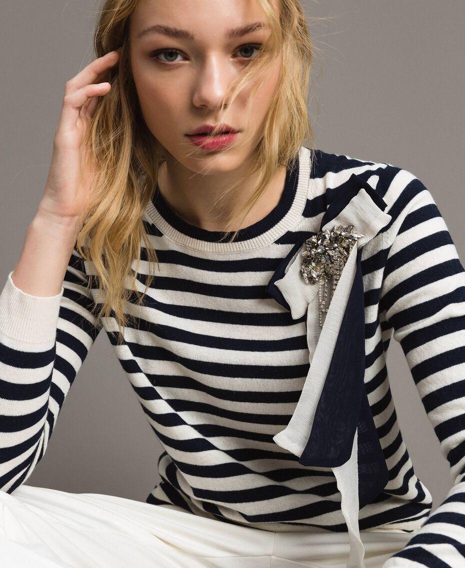 Gestreifter Pullover aus Kaschmirmischung Zweifarbig Streifen Dunkelblau / Schnee Frau 191TP3361-02