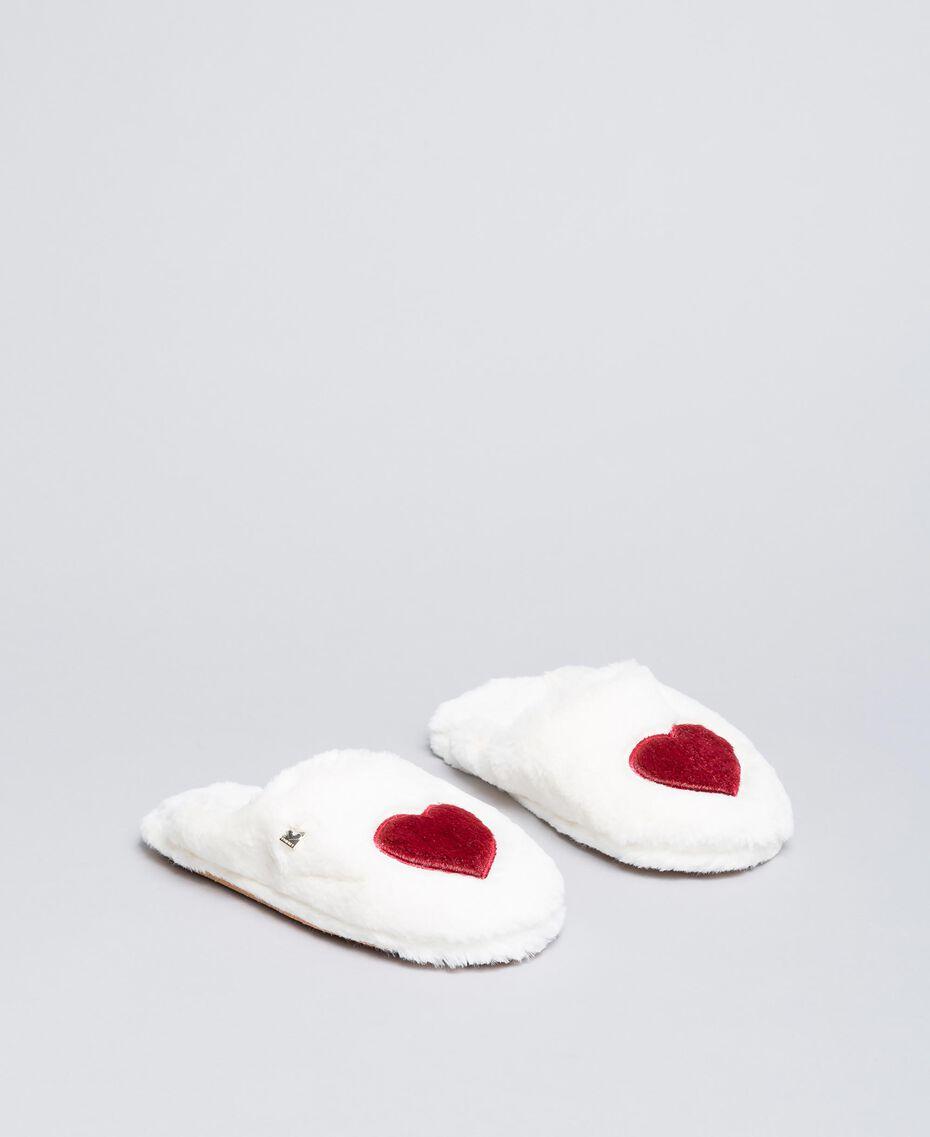 Slippers en fausse fourrure avec cœur Bicolore Ivoire /Rougeâtre Femme LA8ZDD-02