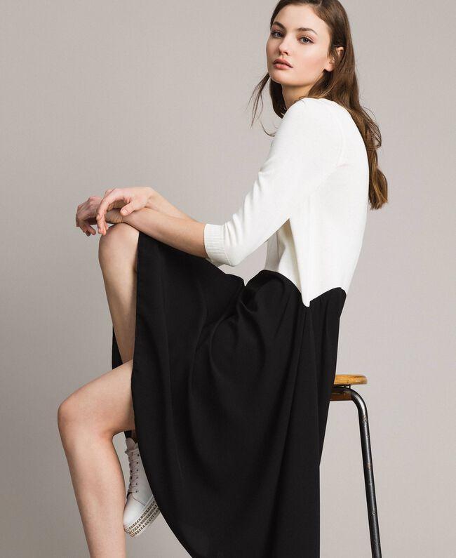 Zweifarbiges, asymmetrisches Kleid Zweifarbig Schneeweiß / Schwarz Frau 191TP3263-01