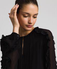 Robe en crêpe georgette avec petits volants et dentelle Bicolore Blanc Neige/ Noir Femme 192TP2573-04