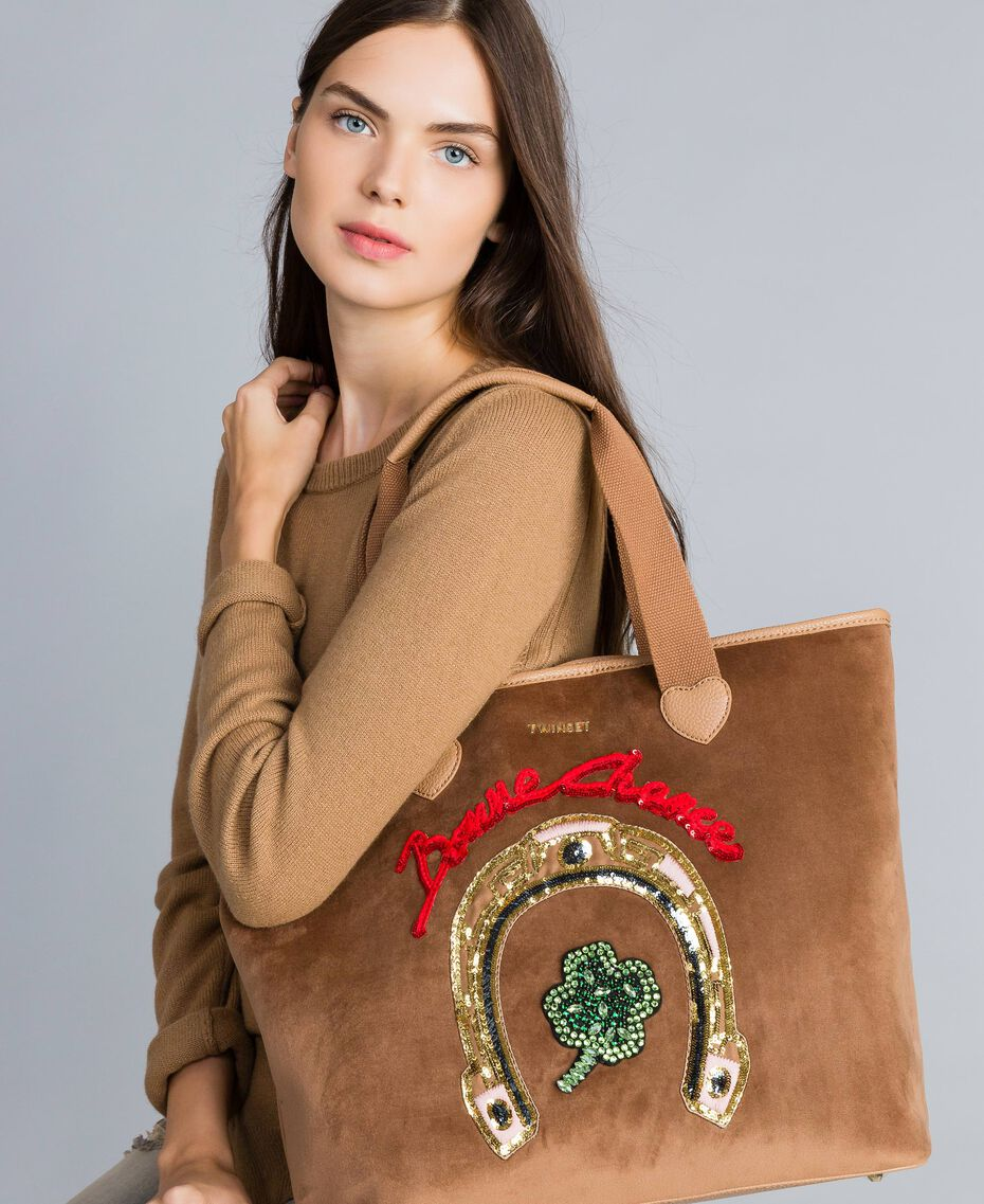 Shopper aus Samt mit Stickerei Camel Frau AA8PLA-0S