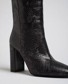 Hoher Stiefel aus Leder mit Animal-Dessin Pythonprint Pink Mousse Frau 192TCP108-04