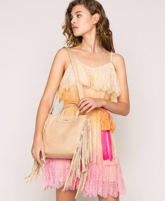 Средняя кожаная сумка-шоппер с бахромой