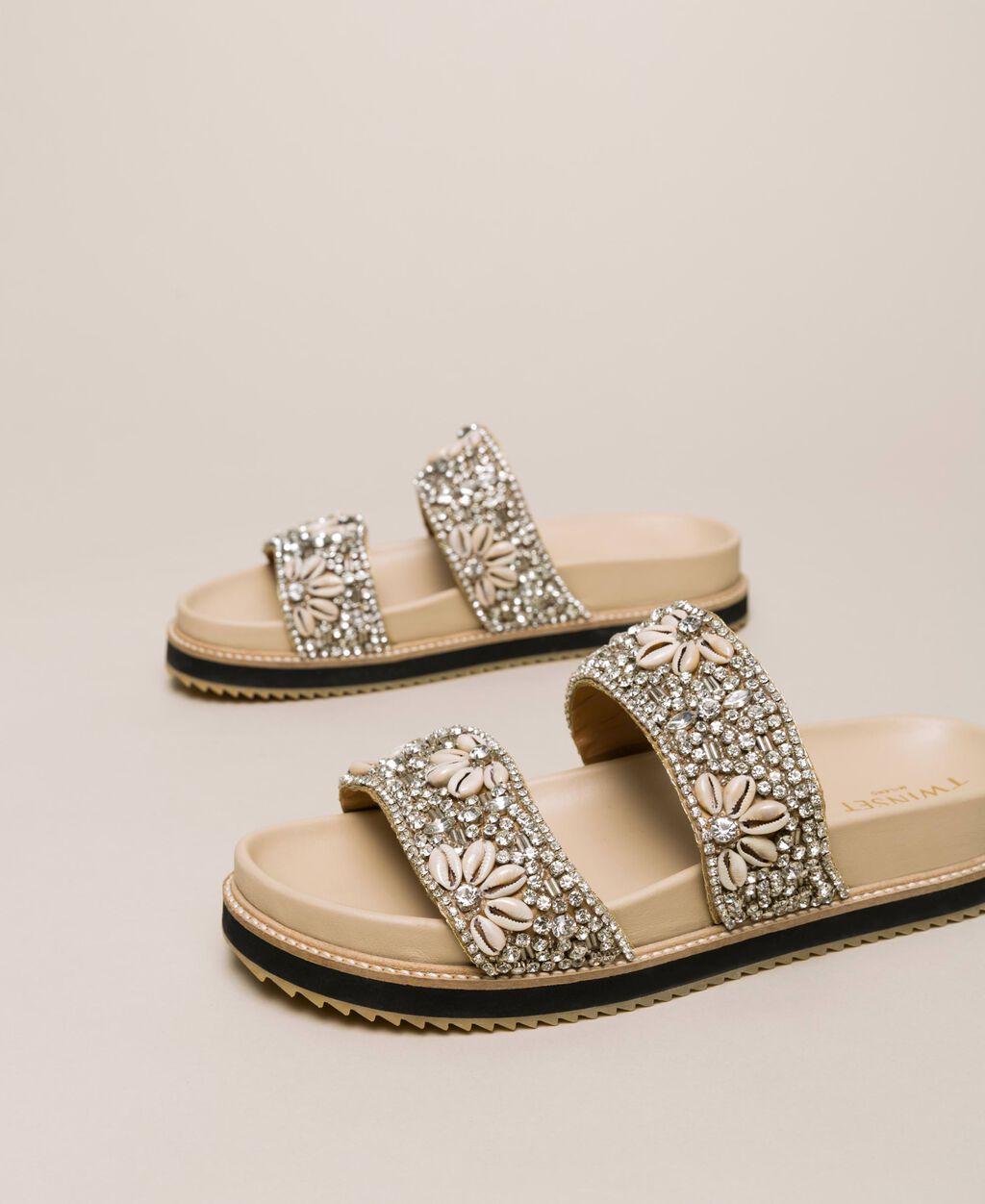 Sandale aus Leder mit Stickerei