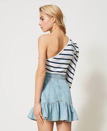 Einschultriger Pullover mit Streifen Zweifarbig Schneeweiß / Dunkles Nautical Blue Frau 211TT3212-05