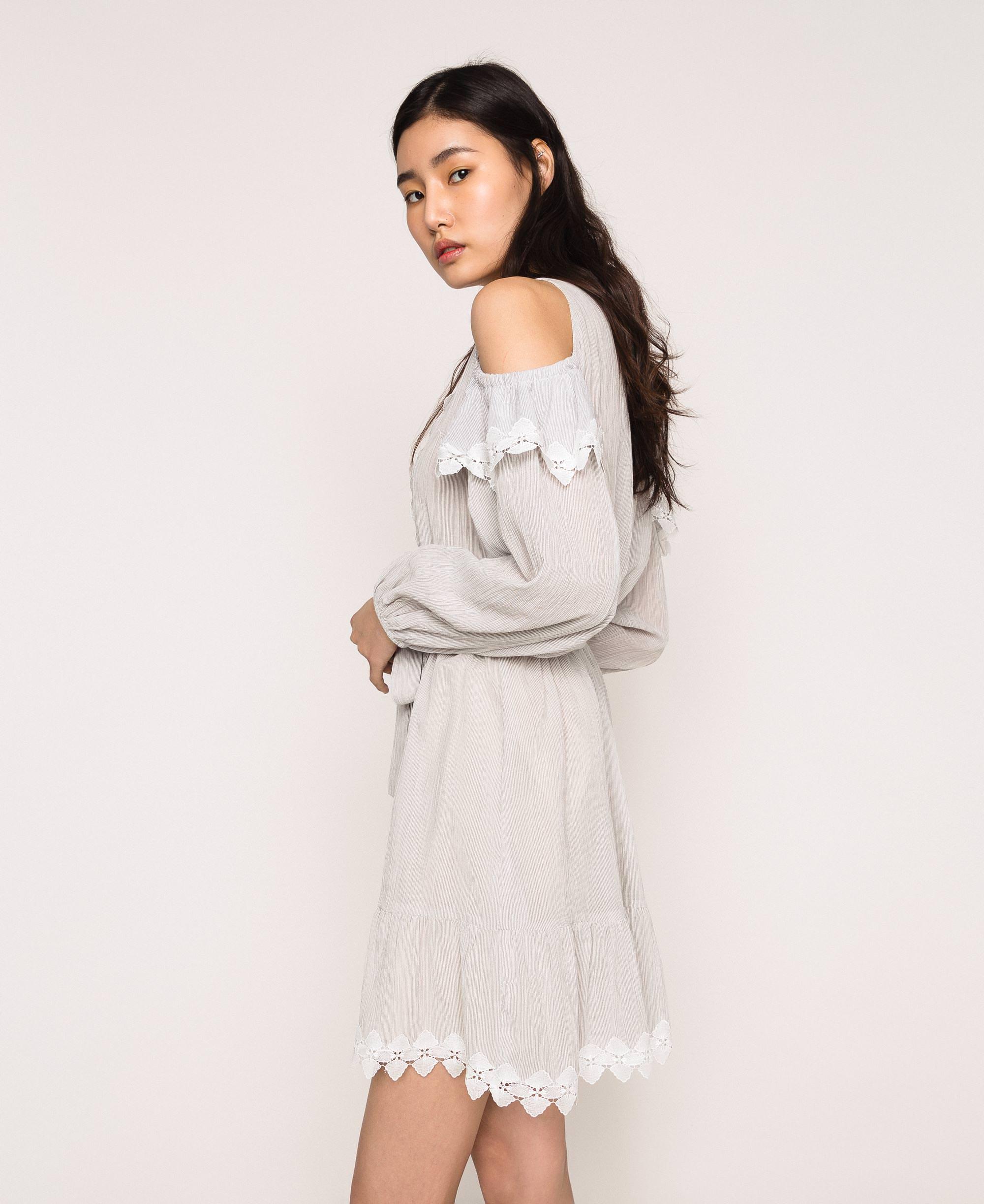 Kleid aus Krepon mit Spitze